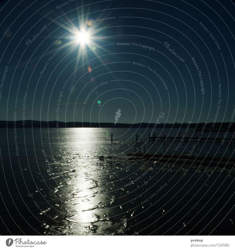 Hier ist jeder ein Jesus kalt Gegenlicht See Teich Meer Spiegel Horizont Wolken glänzend Rascheln heilig Ferne horizontal Muster gefroren Winter Steg Himmel