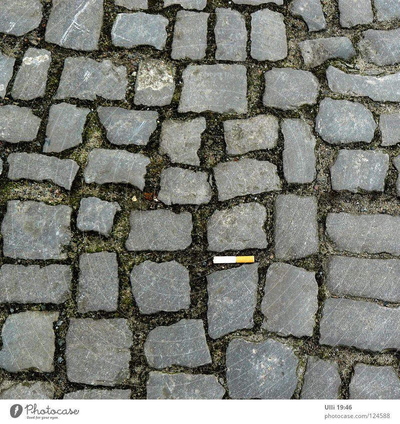 Kippe, breitgetreten. Stadt ruhig Straße grau Sand Stein Erde Brand trist Sauberkeit Rauchen Fußweg Bürgersteig Tabakwaren Kopfsteinpflaster Zigarette
