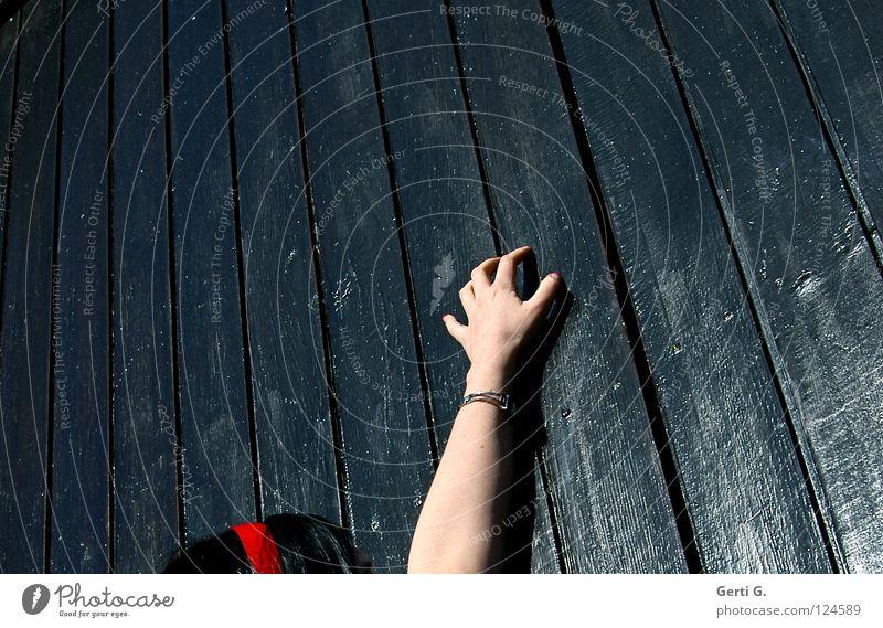reach out for X Frau Hand schwarz Holz Haare & Frisuren Kopf Angst Haut glänzend Arme Finger Wunsch Sehnsucht fangen Tor Lust
