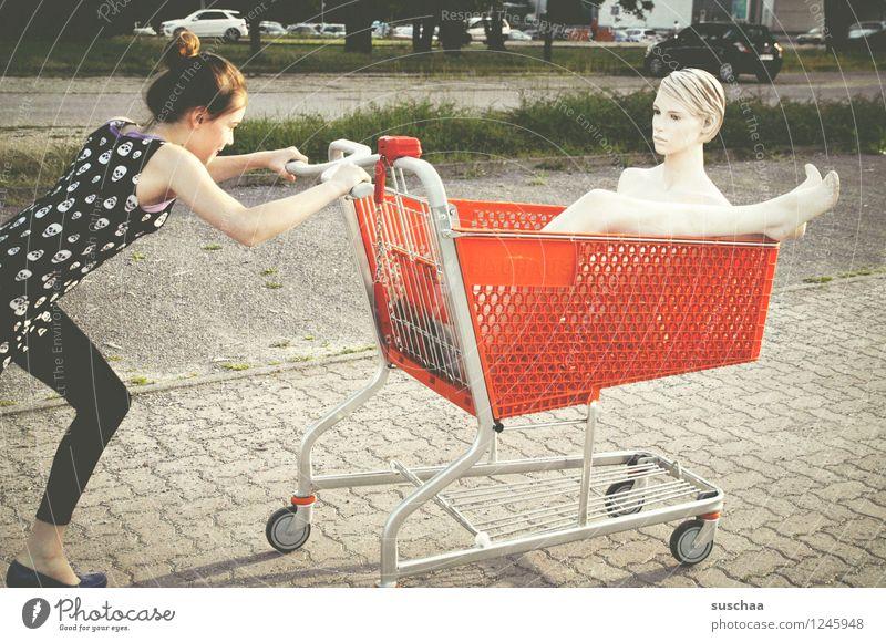 einkaufen gehen ... Kind Mädchen Fräulein Jugendliche Junge Frau schieben rennen Einkaufswagen Schaufensterpuppe Damenschuhe Freiheit Kindheit skurril seltsam