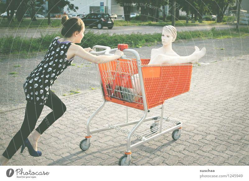 einkaufen gehen ...... Kind Mädchen Fräulein Jugendliche Junge Frau schieben rennen Einkaufswagen Schaufensterpuppe Damenschuhe Kindheit skurril seltsam