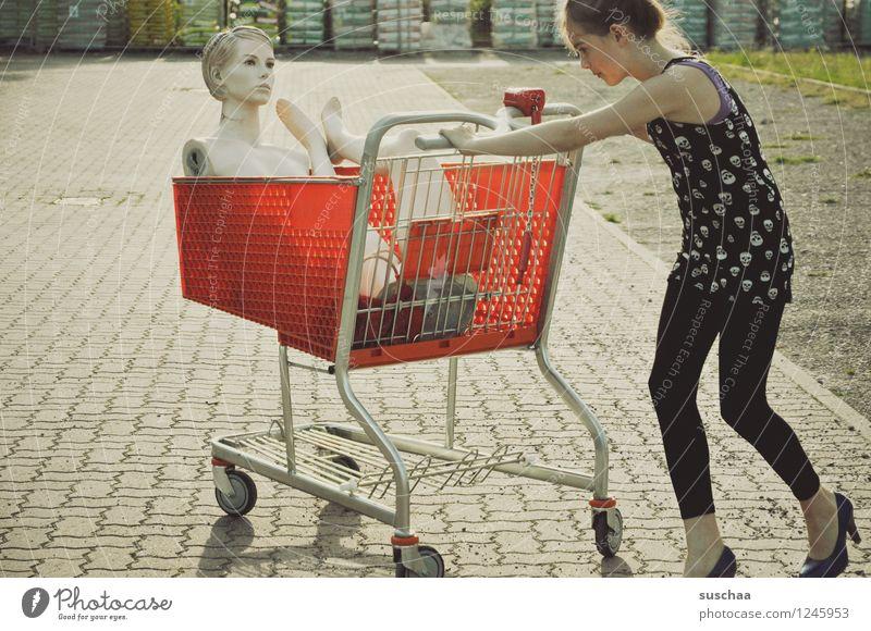 einkaufen gehen ..... Kind Mädchen Fräulein Jugendliche Junge Frau schieben Einkaufswagen Schaufensterpuppe Damenschuhe Kindheit skurril seltsam Geschichte