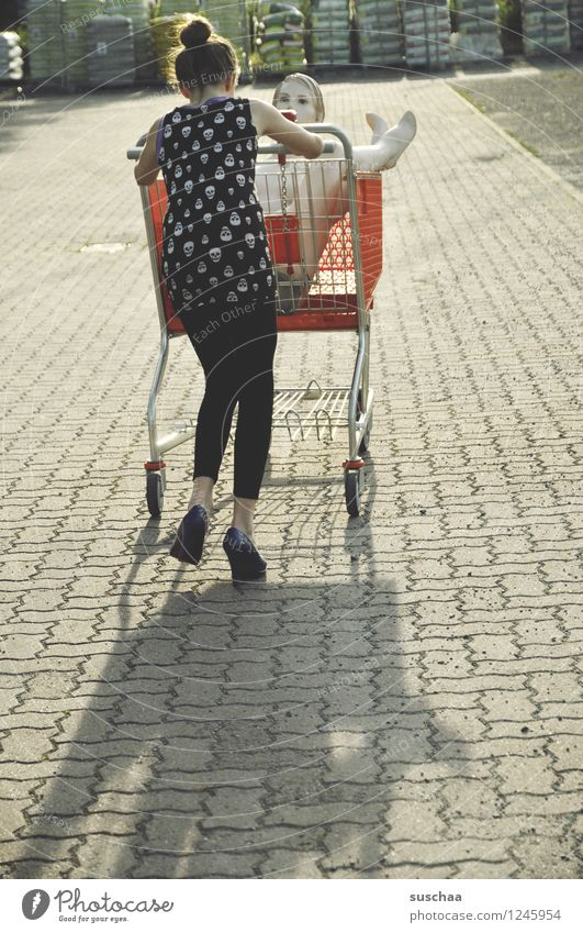 einkaufen gehen ..... Kind Jugendliche Junge Frau Mädchen Parkplatz Einkaufswagen Schaufensterpuppe Damenschuhe schieben Fräulein