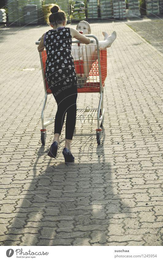einkaufen gehen ..... Kind Mädchen Fräulein Jugendliche Junge Frau schieben rennen Einkaufswagen Schaufensterpuppe Damenschuhe Kindheit skurril seltsam