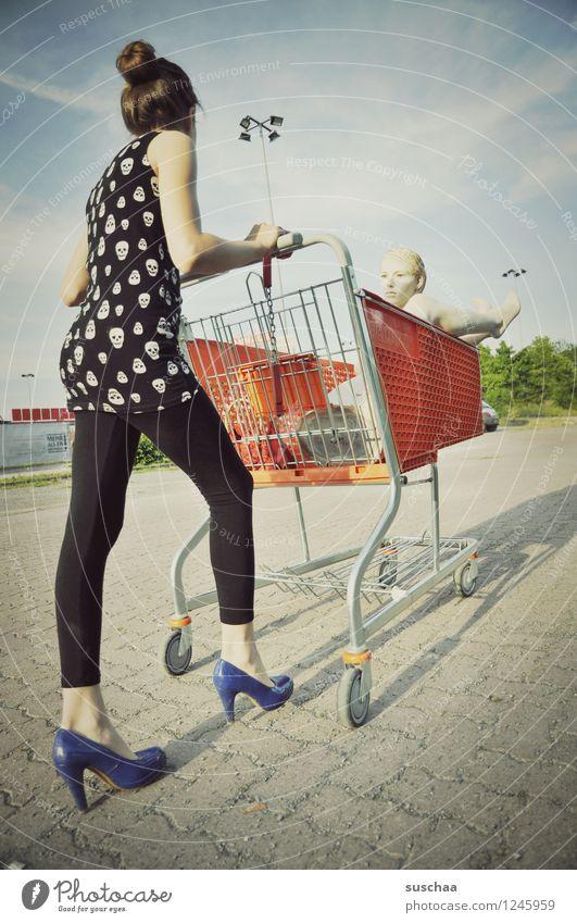 einkaufen gehen .... Kind Mädchen Fräulein Jugendliche Junge Frau schieben rennen Einkaufswagen Schaufensterpuppe Damenschuhe Kindheit skurril seltsam