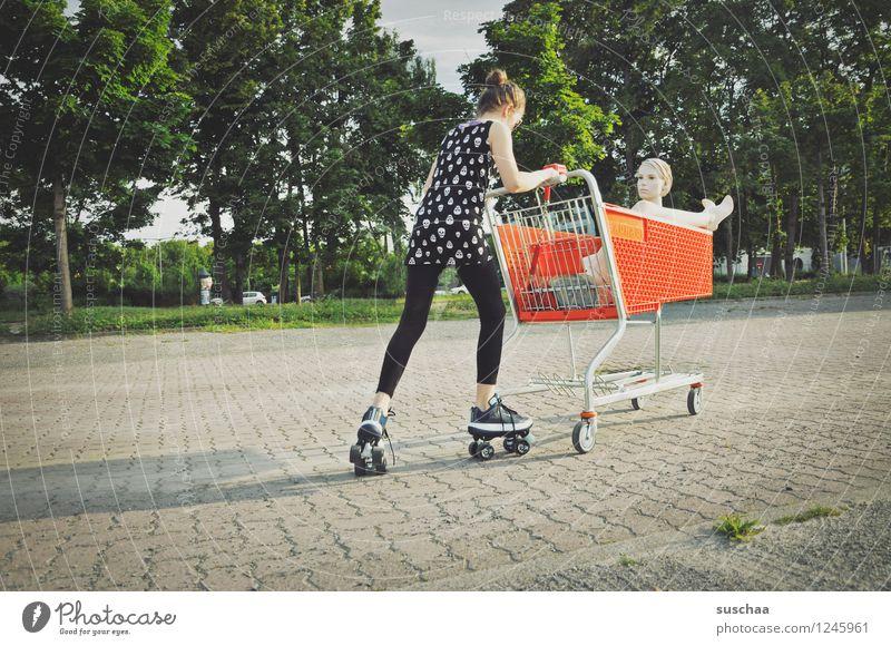 einkaufen gehen .. Kind Mädchen Fräulein Jugendliche Junge Frau schieben rennen Einkaufswagen Schaufensterpuppe Damenschuhe Kindheit skurril seltsam Geschichte