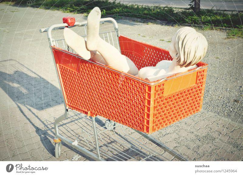 eingekauft Beine Kopf Fuß kaufen parken Parkplatz Einkaufswagen Schaufensterpuppe