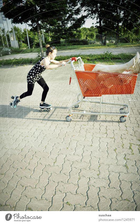 einkaufen gehen . Kind Mädchen Fräulein Jugendliche Junge Frau schieben rennen Laufsport Einkaufswagen Schaufensterpuppe Damenschuhe Kindheit skurril seltsam