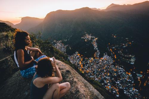 ° Freude Glück harmonisch Erholung Ferien & Urlaub & Reisen Ausflug Ferne Freiheit Sommerurlaub wandern Mensch feminin Junge Frau Jugendliche Freundschaft Leben