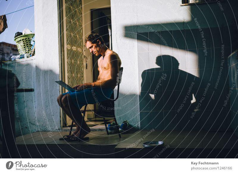 ° Mensch Ferien & Urlaub & Reisen Jugendliche Sommer Junger Mann Haus Ferne 18-30 Jahre Erwachsene Leben Lifestyle Wand Mauer Ausflug Häusliches Leben Wohnung