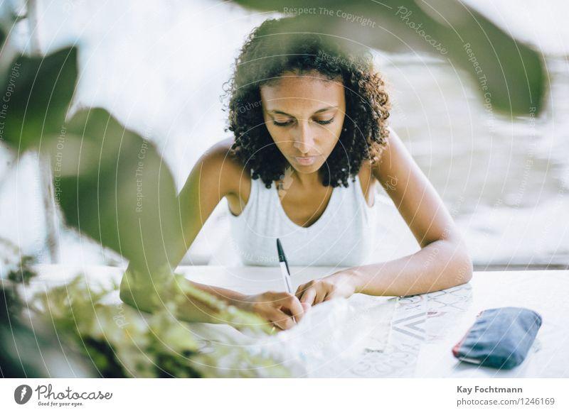 ° schön Erholung ruhig Freizeit & Hobby Handarbeit Häusliches Leben Wohnung Tisch Mensch feminin Junge Frau Jugendliche 1 18-30 Jahre Erwachsene T-Shirt brünett