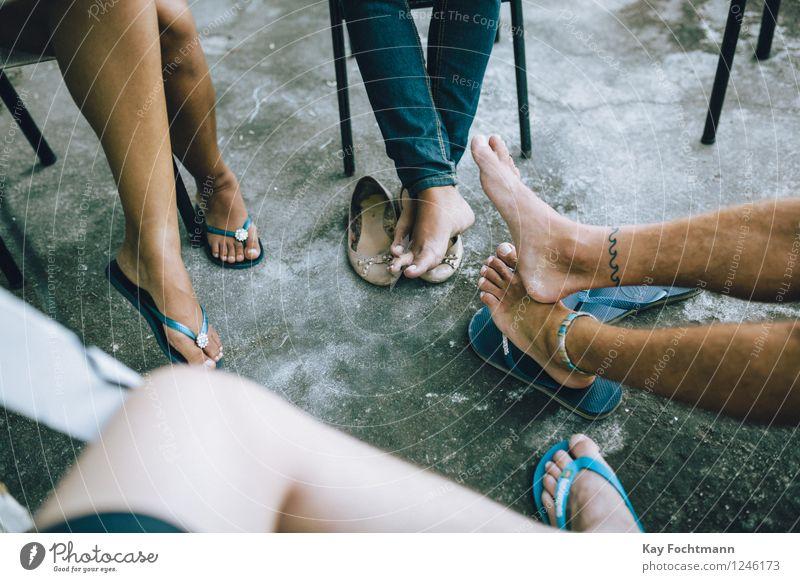 Vier Paar Füße in Flipflops Lifestyle Erholung Ferien & Urlaub & Reisen Freiheit Sommer Sommerurlaub Häusliches Leben Wohnung Stuhl Mensch Freundschaft Beine