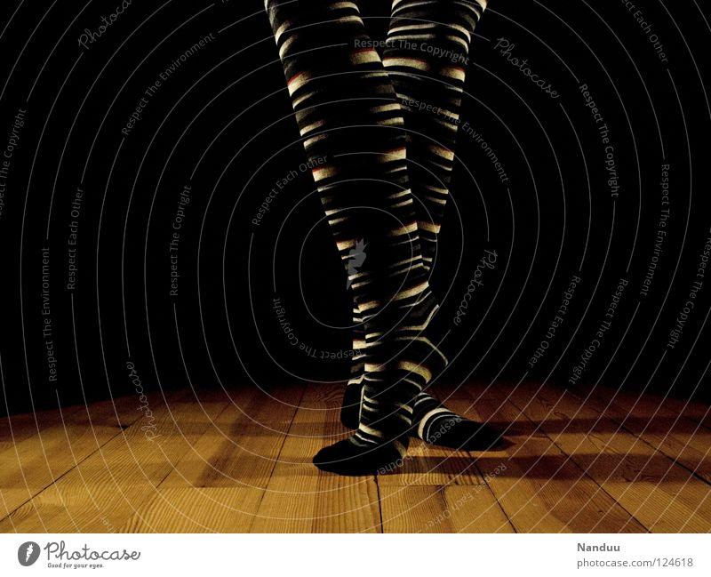 La danse des chaussettes | trippeln Strümpfe Ringelsocken Kniestrümpfe gestreift Balletttänzer Parkett Bühne dunkel Scheinwerfer Tanzen Low Key Kunst Kultur