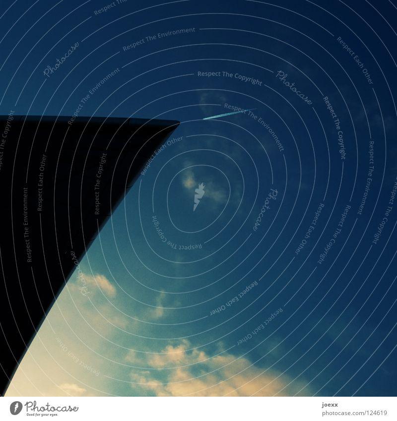 Konfrontationskurs Dach Dreieck Flugzeug gegeneinander groß Haus klein Kollision Kondensstreifen Wasserfahrzeug Streifen Wolken Ecke Luftverkehr obskur Himmel