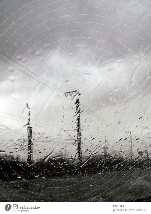 Frühlingswochenende ade Himmel Wasser Wolken dunkel Fenster schwarz Traurigkeit grau Regen Nebel Glas laufen Trauer Tropfen Fensterscheibe Verzweiflung