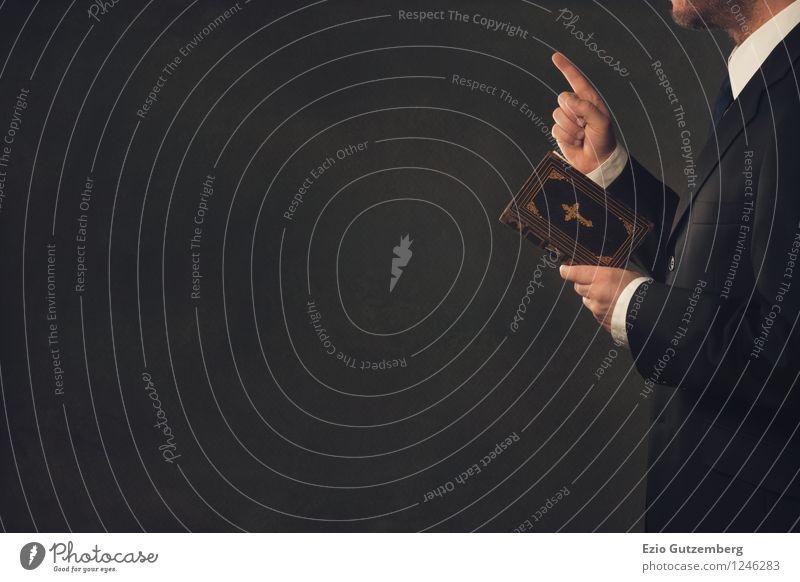 Der Moralapostel Beruf Business Mensch maskulin Mann Erwachsene Körper Finger 1 30-45 Jahre 45-60 Jahre Buch Hemd Anzug Krawatte festhalten seriös blau braun