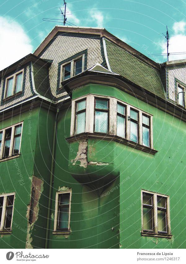Bröckelige Fassade alt blau grün Farbe weiß Haus Fenster schwarz Architektur Senior Gebäude grau Deutschland Häusliches Leben Europa