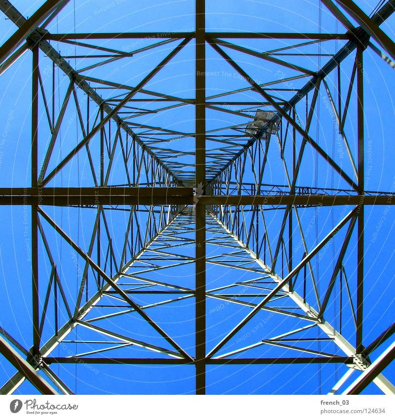 Unter dem Strom Himmel blau grau hoch Energiewirtschaft Elektrizität gefährlich Technik & Technologie Fluss Kabel unten Mut Stahl führen Leiter Schönes Wetter