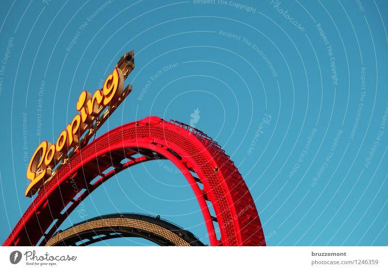 Loop The Loop blau rot Freude gelb Metall Freizeit & Hobby Angst gefährlich fallen fahren Höhenangst Mut Gleise Jahrmarkt himmelblau Achterbahn