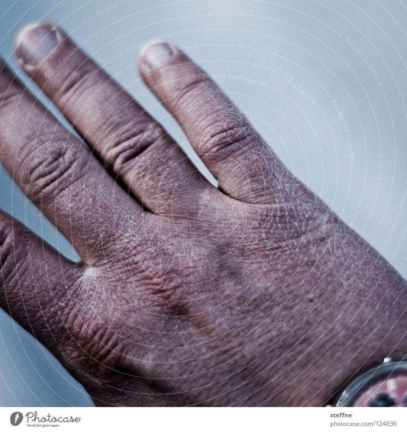 Eiskaltes Händchen Hand Winter Finger schrumplig verschrumpelt frieren erfrieren Männerhand trocken Riss Handcreme Mensch erforen Frost Grad Celsius