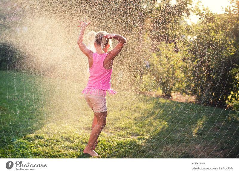 so muss sommer!! Mensch Kind Sommer Wasser Freude Mädchen natürlich feminin Spielen Glück lachen Garten Party glänzend Regen leuchten