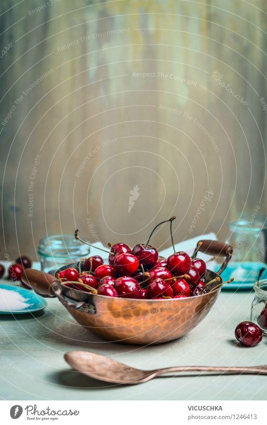 Alter Kupfertopf mit Kirschen auf dem Küchentisch Sommer Gesunde Ernährung Wand Leben Stil Mauer Hintergrundbild Garten Lebensmittel Frucht Design Glas Tisch
