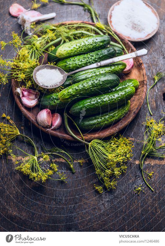 Gartengurken einlegen. Zutaten für Eingelegte Gurken. Lebensmittel Gemüse Kräuter & Gewürze Ernährung Bioprodukte Vegetarische Ernährung Teller