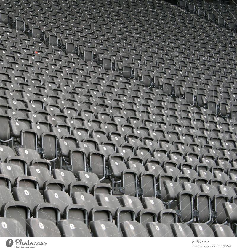 freie platzwahl Sport Spielen Fußball warten leer Perspektive Freizeit & Hobby Wüste Unendlichkeit Konzert Veranstaltung Reihe Publikum Fan Sitzgelegenheit