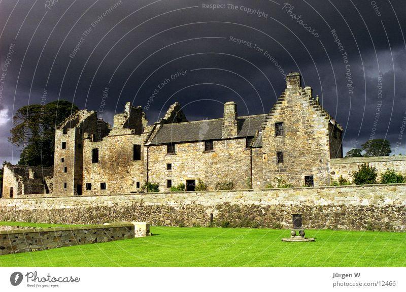 vor dem Sturm grün Ferien & Urlaub & Reisen Wolken Gras Landschaft Europa Insel Rasen bedrohlich Ruine Unwetter Insolvenz dramatisch Schottland Landhaus