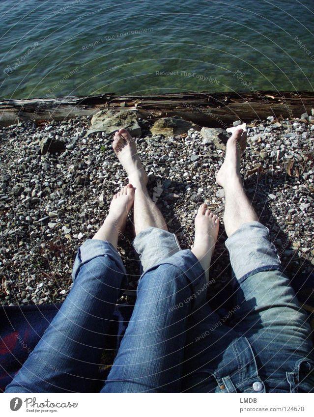 Blau machen Hose Erholung 2 Freundschaft See Badestelle ruhig träumen Zusammensein Liebe Jeanshose Fuß Beine Paar Sand Stein Küste Sonne liegen ausstrecken Kies