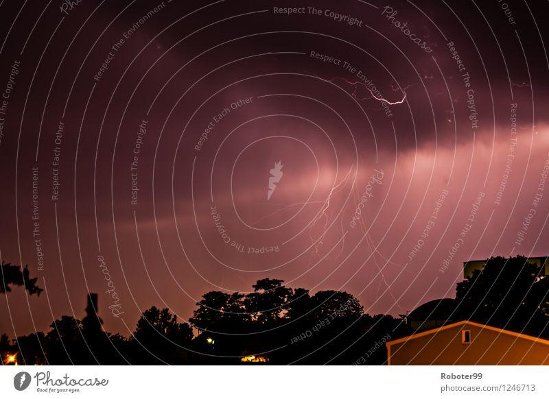 Gewitterwolke mit Wolke Erde Blitz Gewitterwolken Sommer Unwetter Sturm Blitze Angst Energie Kraft Farbfoto Außenaufnahme Nacht Starke Tiefenschärfe