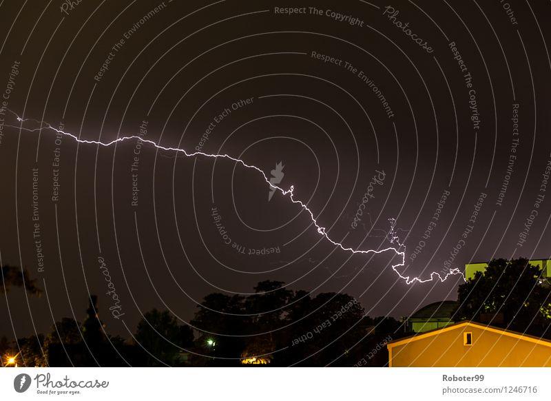 Querblitz Himmel Gewitterwolken Sommer Unwetter Blitze Skyline Einfamilienhaus Angst Energie Klima Kraft Farbfoto Außenaufnahme Nacht Starke Tiefenschärfe