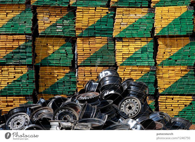 Ordnung und Chaos Holz Metall außergewöhnlich eckig rund gelb grün schwarz Ordnungsliebe ästhetisch chaotisch Farbe Perspektive Präzision Symmetrie Stapel