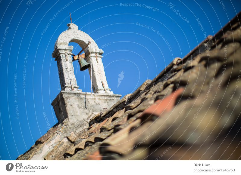 Glockenhalter in Dubrovnik Himmel alt blau Architektur Gebäude grau Religion & Glaube braun Tourismus Kirche Vergänglichkeit Kultur Dach historisch Vergangenheit Bauwerk