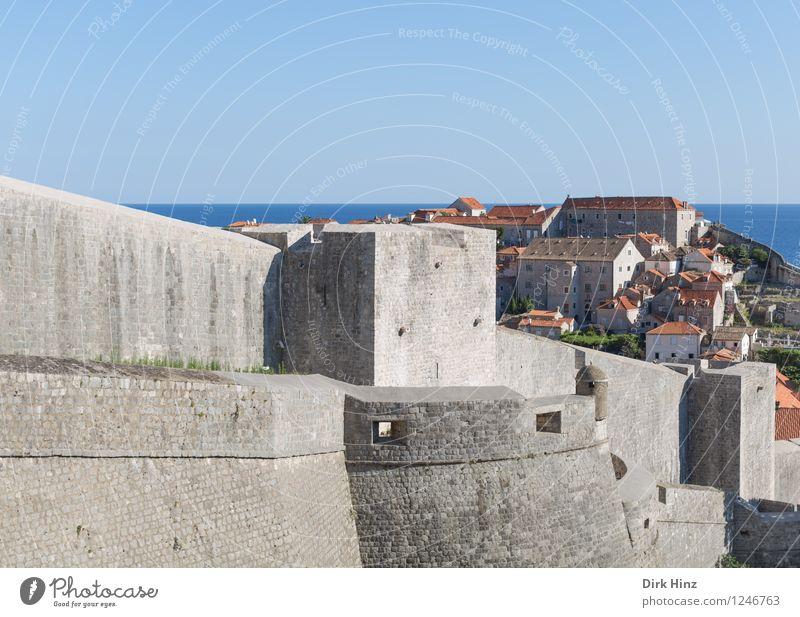 Stadtmauer - Weltkulturerbe Dubrovnik Altstadt Mauer Wand Sehenswürdigkeit Wahrzeichen Denkmal blau grau Horizont Kontrolle Krieg Kultur