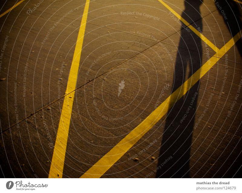 DREIECK Mensch Mann schön gelb Stein Wege & Pfade Linie gehen Schilder & Markierungen Beton Bodenbelag Verkehrswege Schönes Wetter Geometrie Furche hart