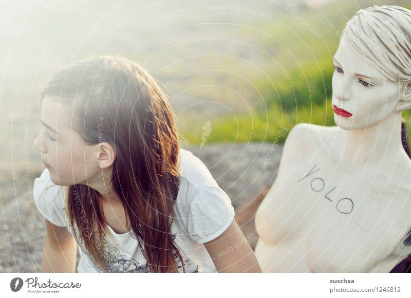 friends .. Kind Mädchen Schaufensterpuppe Puppe Kopf Gesicht Frau rote lippen Spielen Freude Wegsehen Kindheit Unsinn Jugend Jugendliche