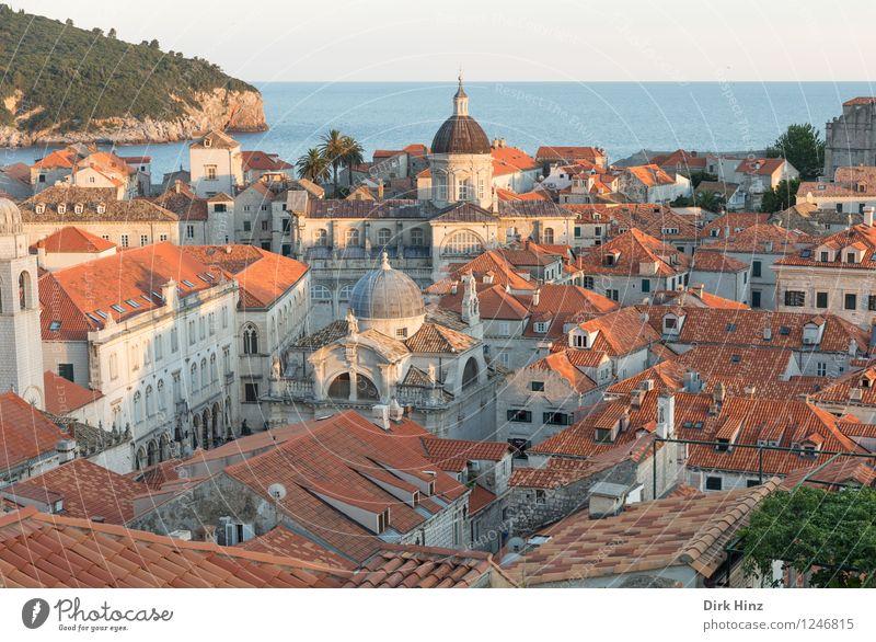 Old Town - Dubrovnik Ferien & Urlaub & Reisen Stadt alt blau Haus Reisefotografie Architektur Gebäude grau Horizont orange Tourismus authentisch Kirche Dach