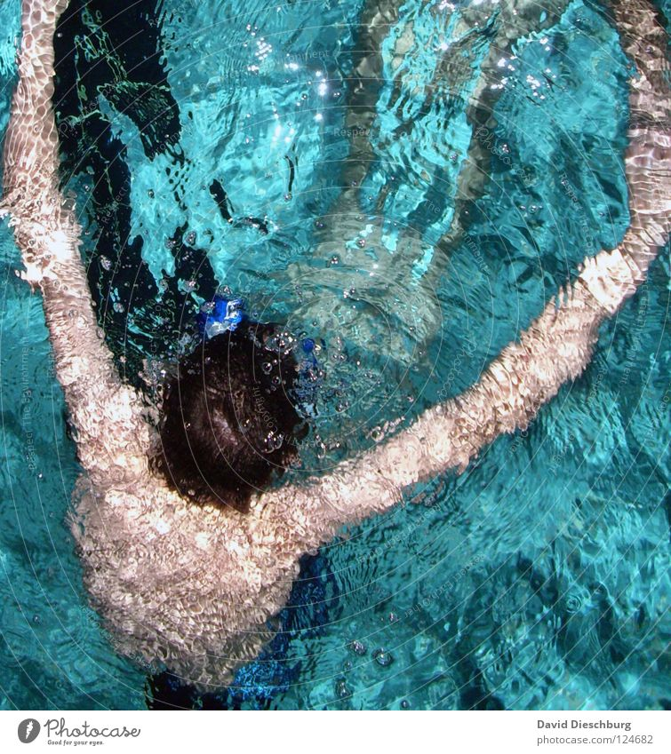 Mit geöffneten Armen... Schwimmen & Baden Schwimmbad Wasseroberfläche tauchen Vogelperspektive türkis Wasserwirbel 1 Mensch einzeln anonym unerkannt unkenntlich