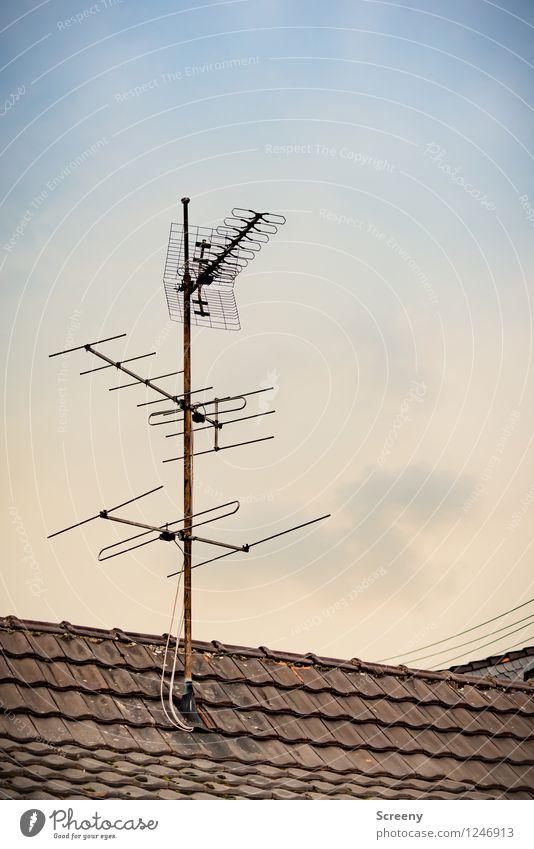 Auf Empfang... alt Haus Gebäude hoch Dach Kabel Fernseher analog Radiogerät Fortschritt Antenne terrestrisch empfangsbereit