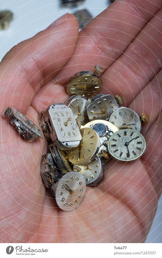 Eine handvoll Zeit Maschine Zeitmaschine Messinstrument Uhr Mensch Hand springen retro Beginn Perspektive Uhrwerk Zifferblatt Farbfoto Innenaufnahme Nahaufnahme