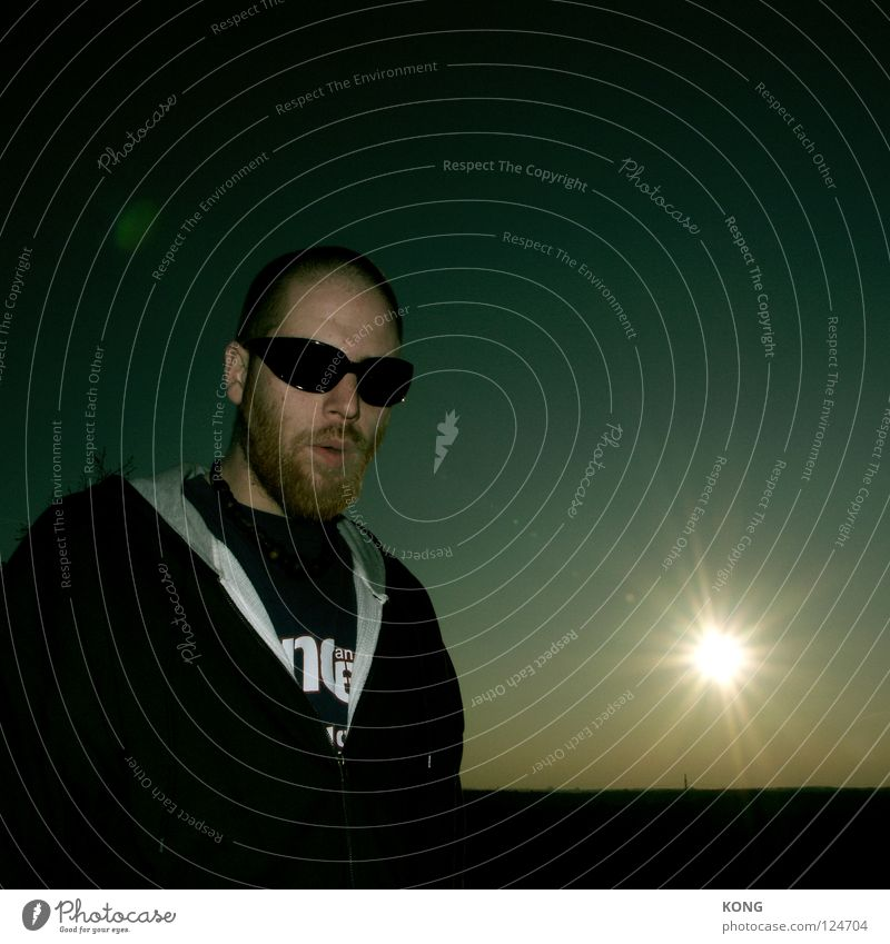 du kommst hier nicht rein Mann Sonne dunkel Kraft groß Kraft Coolness Ecke gefährlich Bart Sonnenbrille Ablehnung Himmelskörper & Weltall halbdunkel Türsteher Junger Mann