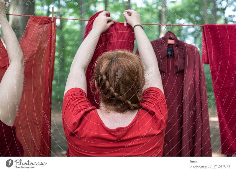 pZ3 l sicherheit Mensch Frau Wald festhalten Wäsche Wäscheleine aufhängen Klammer