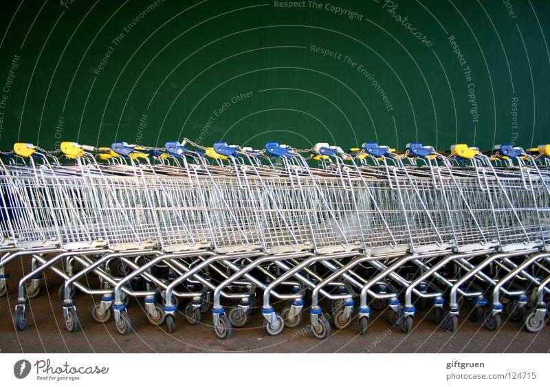 in reih und glied grün Wand Metall viele Reihe Markt Supermarkt Konsum Einkaufswagen Behälter u. Gefäße aufgereiht hintereinander