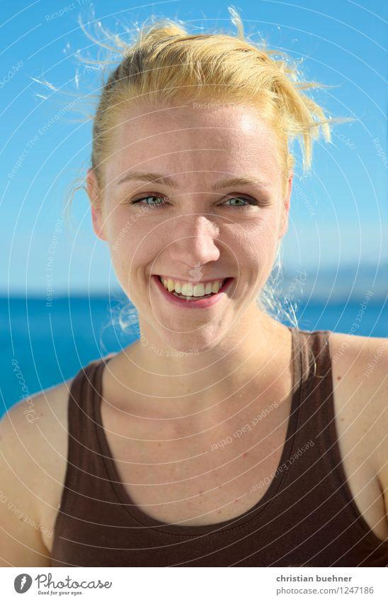 sommertag Junge Frau Jugendliche 1 Mensch 18-30 Jahre Erwachsene langhaarig Coolness frech Fröhlichkeit frisch Gesundheit Glück dünn schön feminin blau