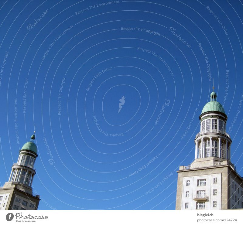 Frankfurter Tor (Berlin) Farbfoto Außenaufnahme Menschenleer Textfreiraum oben Haus Himmel Deutschland Europa Hauptstadt Verkehrswege blau Friedrichshain