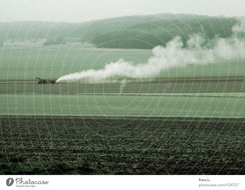 düngen mit Maische Feld Traktor Winter kalt Düngung heiß Spirituosen Brennerei Niedersachsen Wald Landwirtschaft Verdunstung Ackerbau Aussaat Amerika