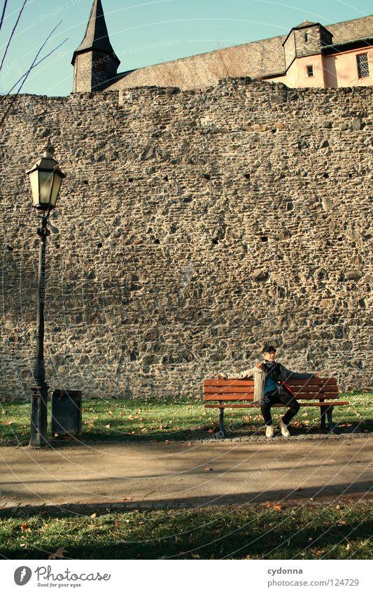 Tagträumer Mensch Himmel Mann Natur schön Baum Ferien & Urlaub & Reisen ruhig Erholung Wiese Gefühle Bewegung Wege & Pfade träumen Mauer Erde