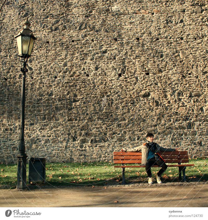 Tagträumer I Mensch Himmel Mann Natur schön Baum Ferien & Urlaub & Reisen ruhig Erholung Wiese Gefühle Bewegung Wege & Pfade träumen Mauer Erde