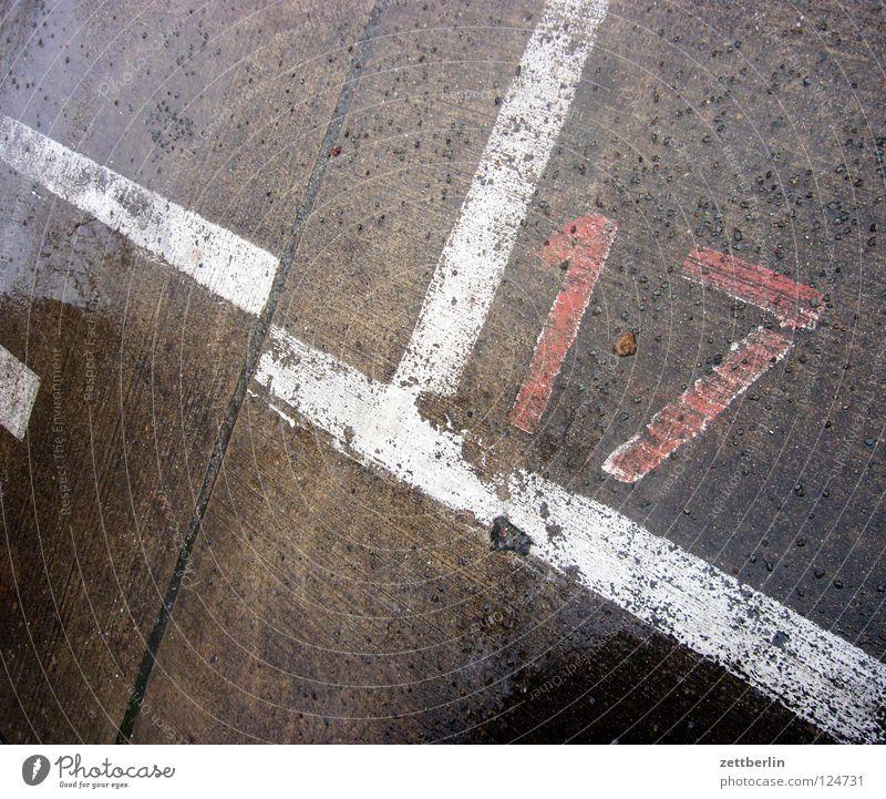 17 träumen Liebeskummer Parkplatz Beschriftung Ziffern & Zahlen Fahrbahnmarkierung Beton Fuge Verkehrswege dieter thomas heck parkplatzmarkierung